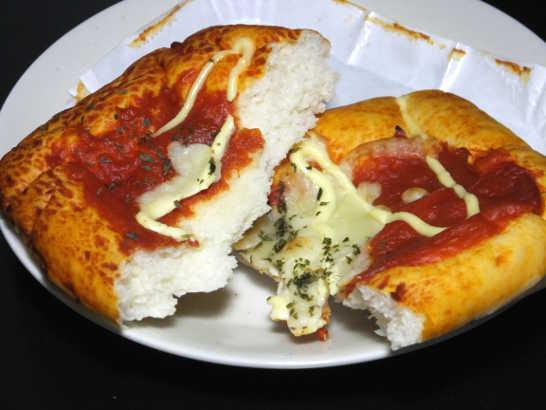 コンビニパンだ_完熟トマトとチーズのピザパン_中身02