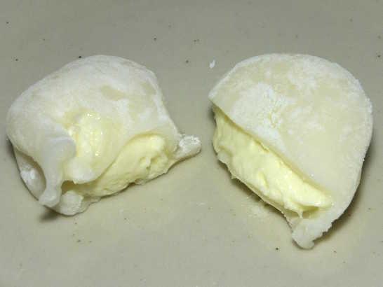 コンビニパンだ_北海道産チーズを使ったレアチーズ大福【セブンイレブン】_中身02
