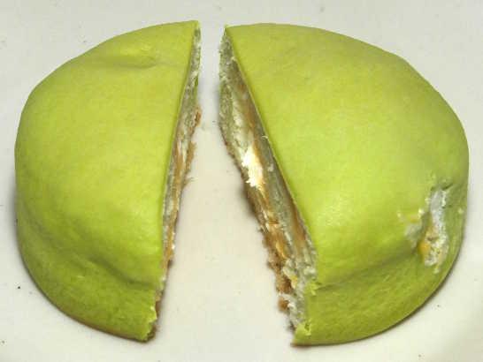 コンビニパンだ_冷やして食べるしっとりメロンパン(夕張メロンクリーム)【ローソン】_中身02