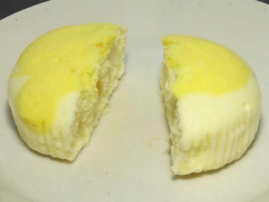 コンビニパンだ_塩とレモンの蒸しケーキ【ローソン】_中身02