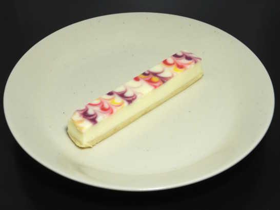 コンビニスイーツだ_白いチーズケーキ 彩り3種のソース【サークルKサンクス】_中身00