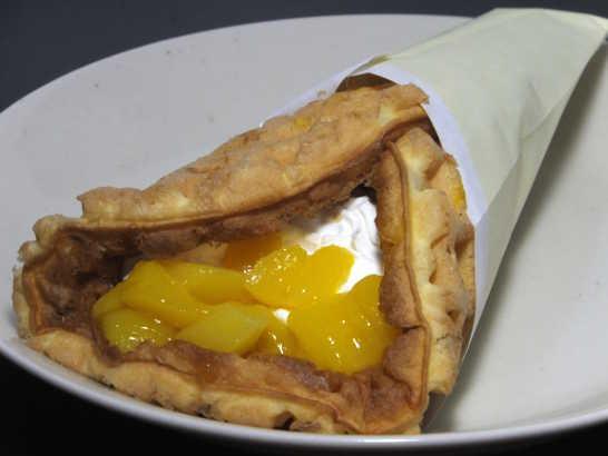 コンビニスイーツだ_マンゴーとバナナのチーズクリームワッフル【サークルKサンクス】_中身01
