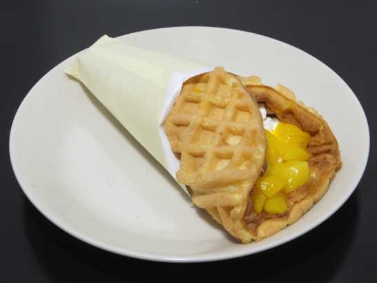 コンビニスイーツだ_マンゴーとバナナのチーズクリームワッフル【サークルKサンクス】_中身00