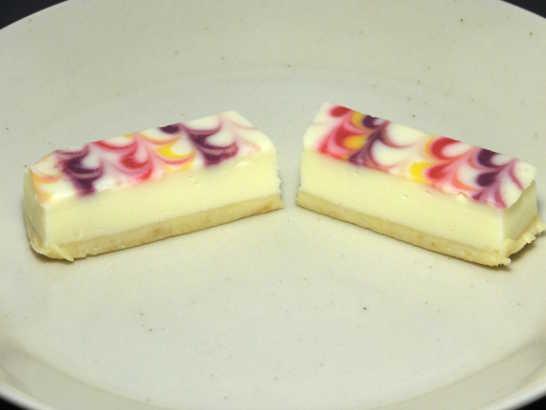 コンビニスイーツだ_白いチーズケーキ 彩り3種のソース【サークルKサンクス】_中身02
