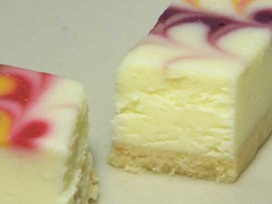 コンビニスイーツだ_白いチーズケーキ 彩り3種のソース【サークルKサンクス】_中身03