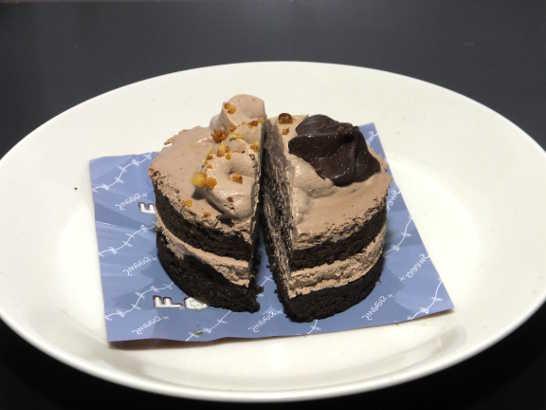 コンビニスイーツだ_チョコレートケーキ(ベルギー産チョコレート使用)【ファミリーマート】_中身02