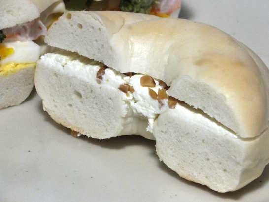 コンビニパンだ_ベーグルサンド(えびとブロッコリー&蜂蜜クリームチーズ)【サークルKサンクス】_中身04