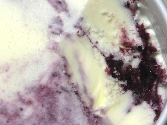 コンビニスイーツだ_セブンプレミアム 濃厚デザートアイス ブルーベリーヨーグルト【セブンイレブン】_中身04