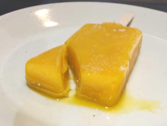 コンビニスイーツだ_まるでマンゴーを冷凍したような食感のアイスバー【セブンイレブン】_中身02