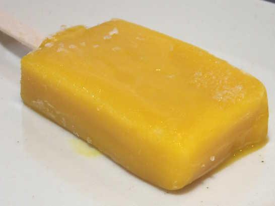 コンビニスイーツだ_まるでマンゴーを冷凍したような食感のアイスバー【セブンイレブン】_中身01