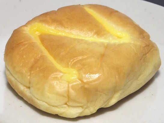 コンビニパンだ_たっぷり!なめらかクリームのクリームパン【セブンイレブン】中身01