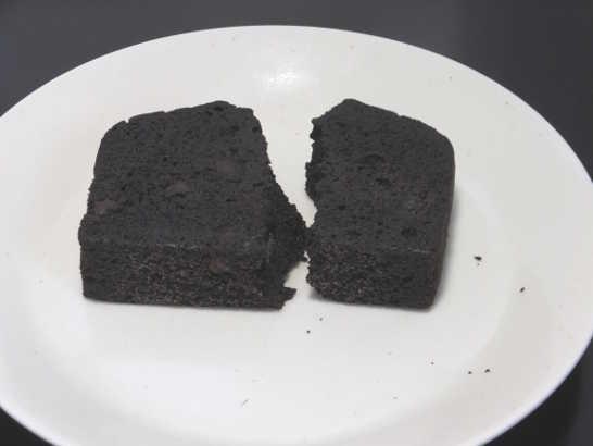コンビニスイーツだ_RIZAPふんわり食感チョコチップケーキ【ファミリーマート】中身03
