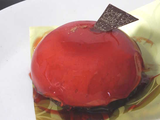 コンビニスイーツだ_赤いクリスマスケーキ(ベリームース&ガナッシュ)【ローソン】中身01