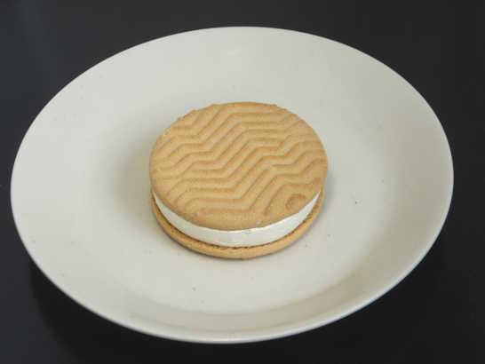 コンビニスイーツだ_チーズが香るクッキーサンドアイス【セブンイレブン】中身00