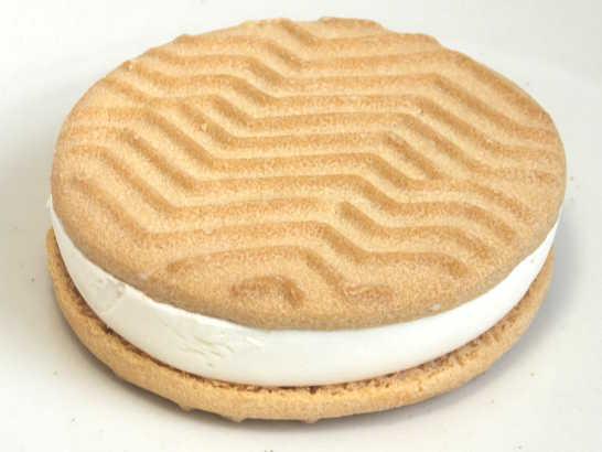 コンビニスイーツだ_チーズが香るクッキーサンドアイス【セブンイレブン】中身01
