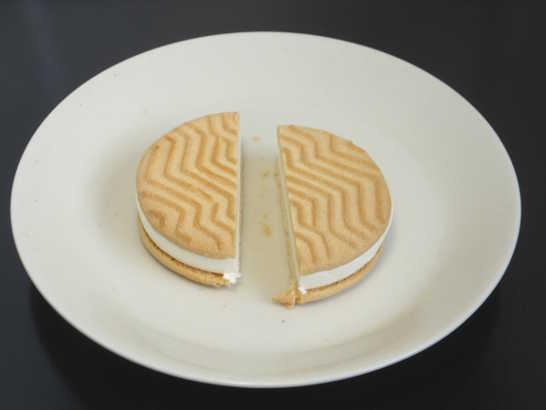 コンビニスイーツだ_チーズが香るクッキーサンドアイス【セブンイレブン】中身02