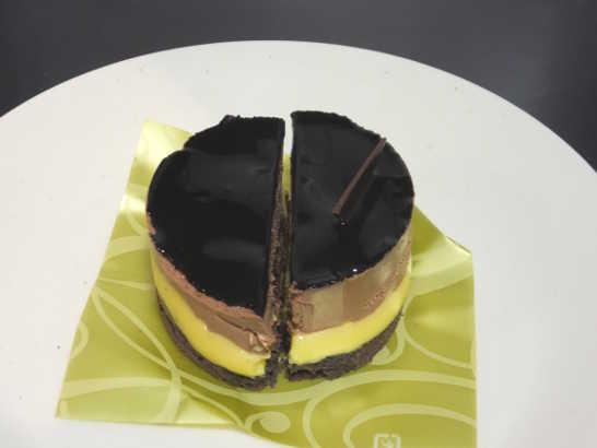 コンビニパンだ_ベルガモット香るチョコレートケーキ【ローソン】中身02