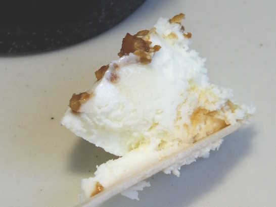 コンビニパンだ_濃厚クリームチーズアイス くるみ&メープル【ローソン】中身04