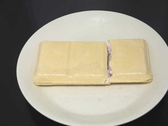 コンビニスイーツだ_ほんのりストロベリーのチーズモナカ【セブンイレブン】中身02