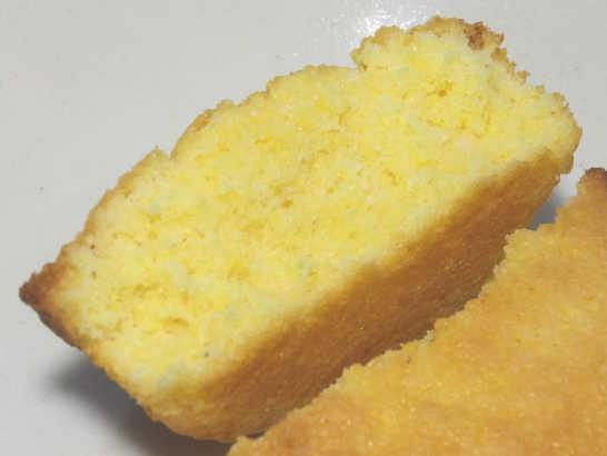 コンビニパンだ_つぶつぶコーングリッツのケーキ【ローソン】中身03