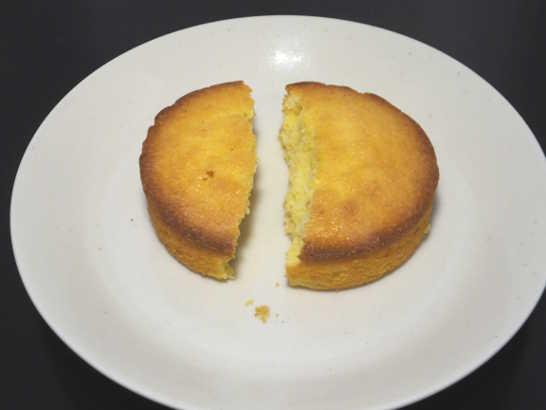 コンビニパンだ_つぶつぶコーングリッツのケーキ【ローソン】中身02