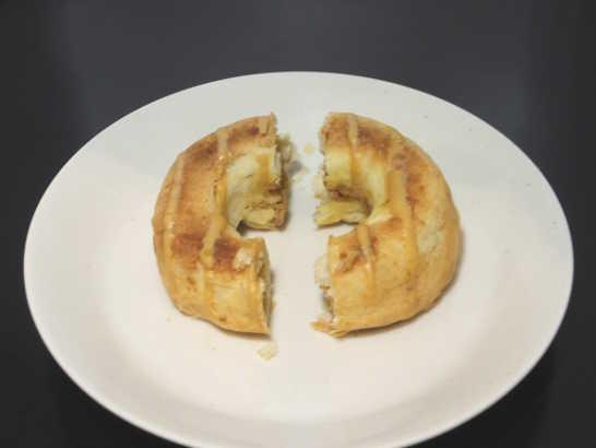 コンビニスイーツだ_クッキーとデニッシュのベイクドドーナツ(塩キャラメル)【ファミリーマート】中身02