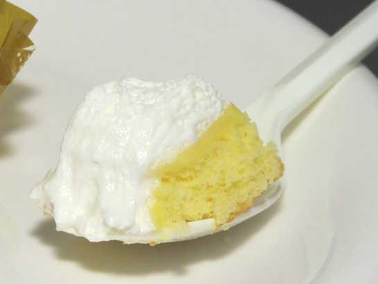 コンビニパンだ_こだわり卵のふんわりロールケーキ【セブンイレブン】中身02