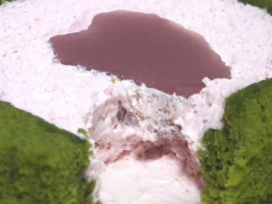 コンビニスイーツだ_桜と抹茶のロールケーキ はる・はろう・ろうる【ローソン】中身03
