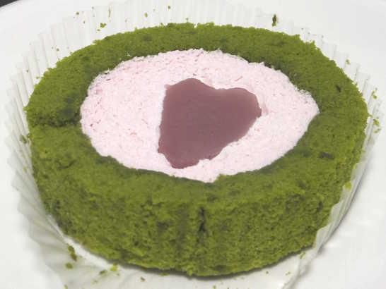 コンビニスイーツだ_桜と抹茶のロールケーキ はる・はろう・ろうる【ローソン】中身01