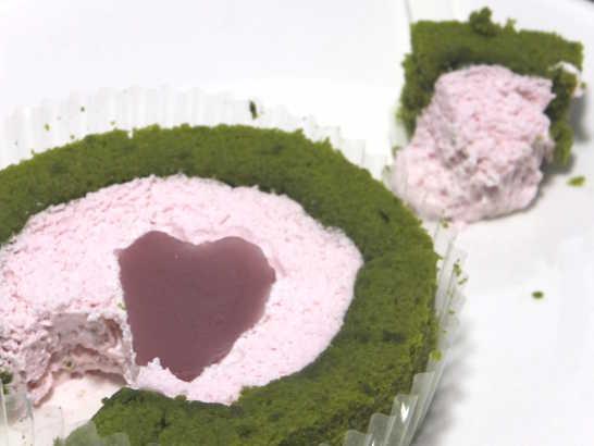 コンビニスイーツだ_桜と抹茶のロールケーキ はる・はろう・ろうる【ローソン】中身04