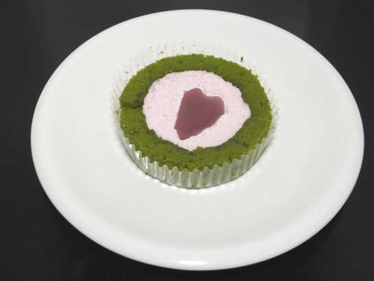 コンビニスイーツだ_桜と抹茶のロールケーキ はる・はろう・ろうる【ローソン】中身00