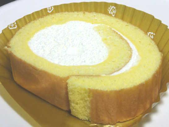 コンビニスイーツだ_北海道産クリームのふんわりロールケーキ【セブンイレブン】中身01