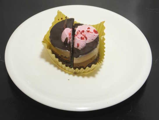 コンビニスイーツだ_ルビーチョコレートのショコラケーキ【ローソン】中身02